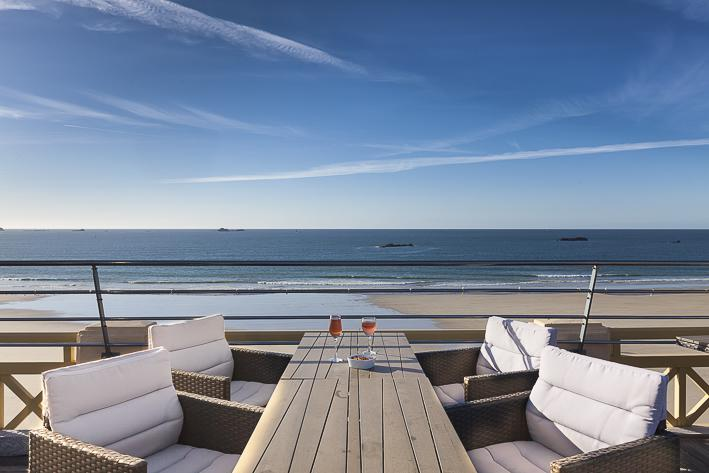 une terrasse exceptionnelle vue sur la grande plage de st malo. Black Bedroom Furniture Sets. Home Design Ideas